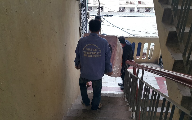 chuyển đồ xuống cầu thang