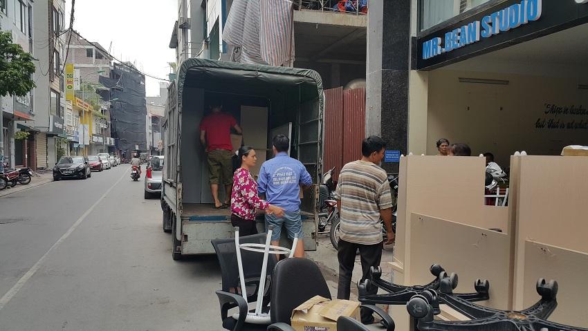 chuyển đồ ra xe tải